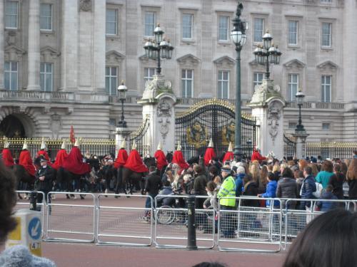 この後、バッキンガム宮殿へ。<br />いやー、ものすごい人出でした。<br />