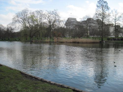 バッキンガム宮殿のお隣、セントジェームズパークへ。<br />