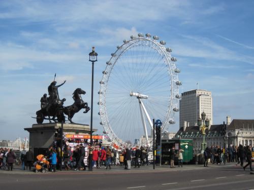 ロンドン・アイ。<br />乗るために行列ができていました。