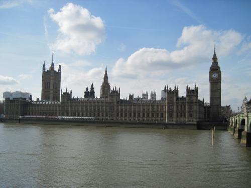 テムズ南岸から見たビッグ・ベンと国会議事堂。<br />青空のロンドンなんて!