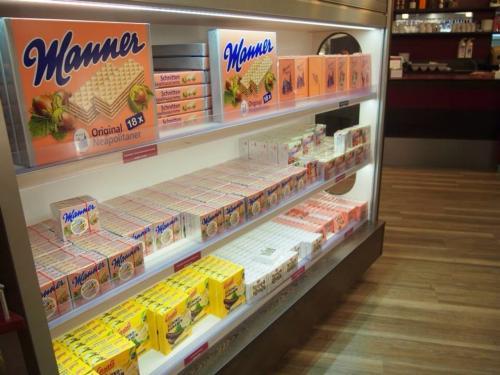 オーストリアの国民的おやつ「Manner(マンナー)」<br /><br />これ本当に色んなとこで見た。<br /><br />ホテルの冷蔵庫の中にもマンナーが常備されてるし、色んな味になったり形を変えたりしてあの手この手で現れるお菓子。<br /><br />ウエハースなのですが、とっても美味しくてウィーン滞在中はずっと食べてました。