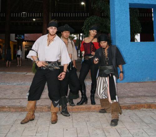 早速、マリーナで待ち受ける海賊の皆さん。そのまま成り切りモード全開で、我々を迎えてくれます。<br /><br />ちょっとノリが良すぎて、怖いですが、とても優しくて気さくなスタッフですので、ご安心ください(笑)