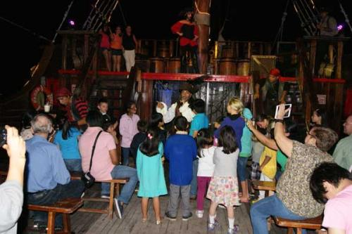 途中大人向けのイベントがある時には、こうして子供だけ集めて、船内宝探し大会に出かけます。<br /><br />こういう子供を持つ親に配慮したイベントがちゃんと用意されているのもとても嬉しいですよね。<br /><br />え?!大人向けのイベントって?!それは参加してからのお楽しみです(笑)<br /><br />