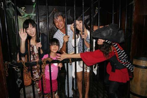 イベント以外でもとにかく、こうして写真なんかを沢山撮らせてくれます。ショーでキャプテンモーガンが閉じ込められる牢屋にも入れます(笑)<br /><br />とにかく、思い出は一杯海賊の皆さんと作れますよ(^^)<br /><br />