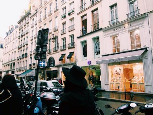 パリでは短期滞在のアパートを借りる事にしました。<br /><br />キッチンや電子レンジが付いてて、暮らすように滞在するってのに憧れて。<br /><br />アパートに荷物を置いて、ダッシュで街へ繰り出した。