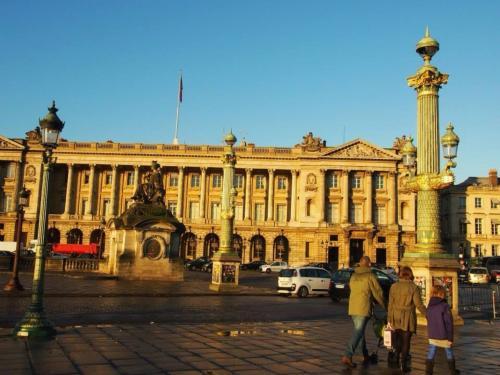 続いてメトロに乗り「Odeon(オデオン)」という駅を目指します!<br /><br />パリはお店の閉店が早いからなぁ〜( ;´Д`)寄り道してる暇はない!急げ急げ!<br /><br />落ち着いて写真撮りたいけど、すべてチラ見、、、