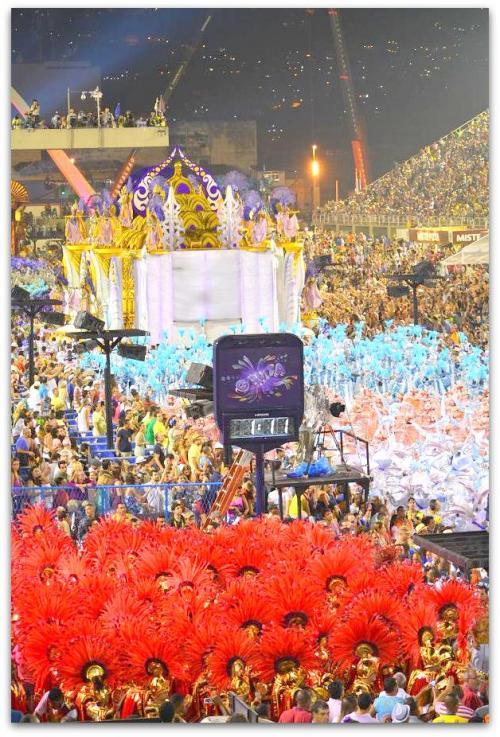 パレードはシナリオに沿ってシーンが展開する「動くオペラ」.....って言う方もいますが....<br /><br /><br />それは言いすぎかもです......。
