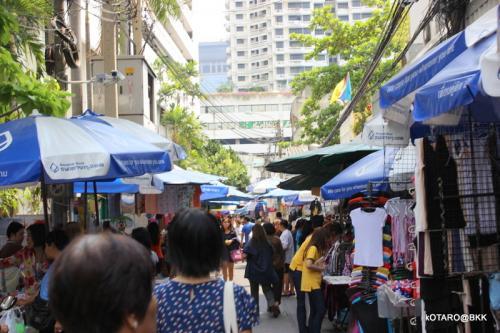 バンコク銀行本店横から<br /><br />OL市場へ
