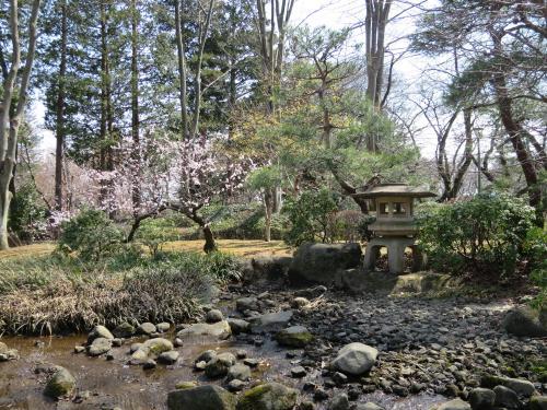 庭園<br /><br />高橋是清邸庭園港区赤坂にあった高橋是清邸庭園の一部を復元しています。組井筒を水源にした流れと、 雪見型灯籠などを含む景観を再現しています。是清は芝生で日光浴や庭の散歩を好んだといわれています。
