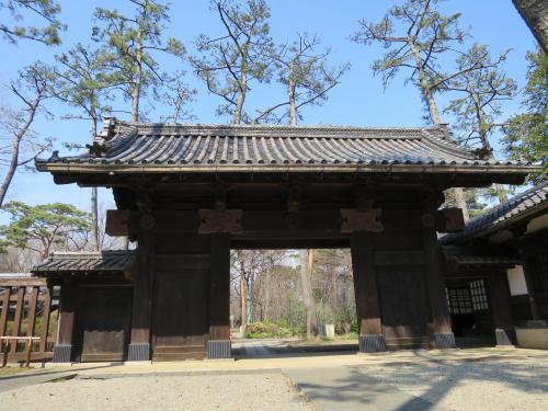 伊達家の門<br /><br />旧宇和島藩伊達家が大正時代に東京に建てた屋敷の表門です。〈起り屋根(むくりやね)〉の片番所を付けるなど、大名屋敷の門を再現したような形をしています。<br /><br />[港区白金二丁目/大正期]<br />