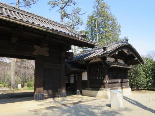 伊達家の門<br /><br />総欅(けやき)造りで、門柱の上に架けられた冠木(かぶき)には、宇和島藩伊達家の木彫りの家紋が施されています。<br /><br />