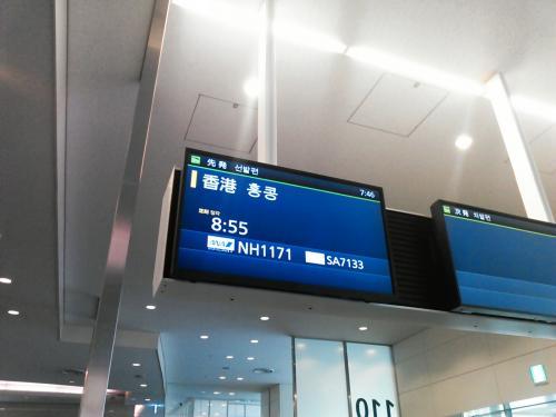 その後カードラウンジで一休みして搭乗時間が近づいてきたので、搭乗口で待つ<br />と優先搭乗に列が出来てます。<br />うーんあまり優先搭乗の意味がなさそうな感じです。<br /><br />今日の座席は最後尾の2人掛け38Kです。事前座席指定では押えられなかったのですが、前日のオンラインチェックイン開始後に指定し直して確保しました。<br />B777は3-4-3配列なので、2人掛けなら窓側でも通路に出やすいし最後尾なので機内の様子が判るので好きなんですよね。