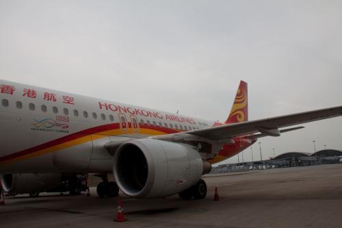 駐機している香港航空のA320(B-LPH)に近づき停止しました。<br /><br />どうやら今日のシップは香港航空との共同使用機材のようです。香港エクスプレスは、中国の海南航空のグループ傘下で香港航空はフルキャリアサービス、香港エクスプレスはLCCとブランド戦略を分けています。<br /><br />