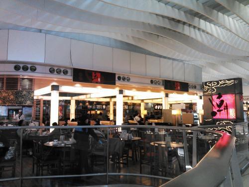 チェンクインを済ますと14時近く。遅い昼食をと第2ターミナルの5階にあるレストラン街へ。<br /><br />簡単にフードコートで済まそうかなと思っていたのですが、「Chao Inn」の飲茶の看板が目に入りました。