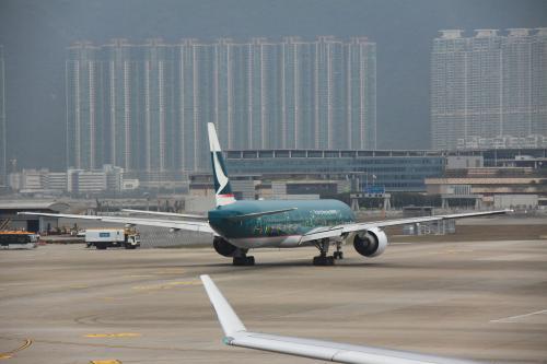 それにしても香港のターミナルは広いですねぇ〜<br /><br />あちこち動き回ったので疲れました。<br />そろそろ搭乗券に書いてあるボーディングタイムが近づいてきたので、モニター表示を見てゲートを確認します。<br /><br />まあどうせバスゲートですけどね