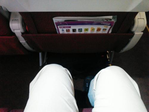 香港エクスプレスのシートピッチは30インチとフルサービスキャリアと同じなのです。<br /><br />まあ1インチ、3cm程の違いですが狭い機内では3cmは結構違いがでます。