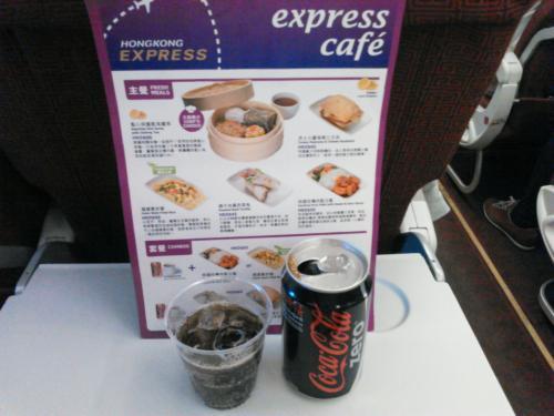 LCCなので機内サービスは有料となります。使える通貨は出発地と目的地の通貨でお釣りは香港ドルだけだそうです。<br /><br />メニューを見ると香港らしく、炒飯や飲茶があるので試そうと思ったら、香港ドルが足りない・・・しまったもう少しキャッシンしとけば良かった。<br /><br />仕方なく飲み物(20KHD)にしました。