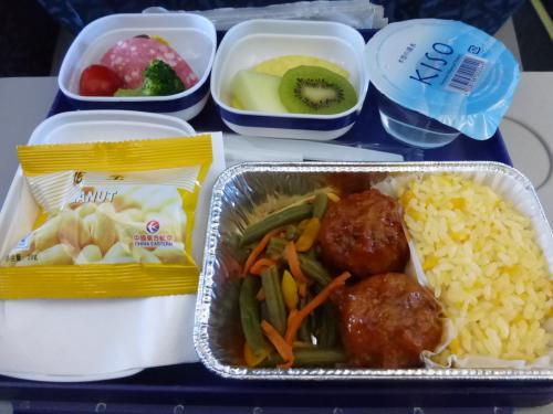 まずは中国東方航空の上海行きに搭乗。<br />昨年11月の香港旅行と同じ便です。<br /><br />今回はフィリピンに行こうと航空券を探したところ、上海経由が一番安く、片道ずつ手配してもマニラ直行便の往復よりも少し安いくらいで、未訪問の上海も観光できるので、往路は上海乗継のルートとなりました。<br />チェックインの際に、フィリピンのビザを持っているかと聞かれ、不要と思っていたので寝耳に水でしたが、帰りの航空券を見せたらOKでした。片道航空券だったので長期滞在と誤解されたようです。<br /><br />定刻に出発し、約40分後に機内食が出ました。