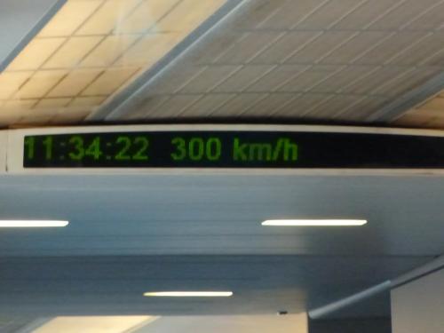 最高時速は約300kmでした。<br />時間帯によっては430km/hで走るそうですが、残念ながら今回は時間が合いませんでした。