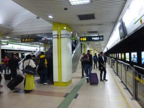龍陽路駅から地下鉄2号線に乗車。<br />改札前で荷物検査があり、各駅にはホームドアが設置されていました。