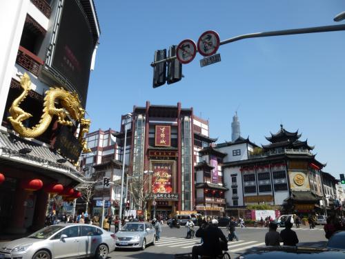 駅から歩いて豫園へ。<br />重厚な中国風建築が並んでいました。