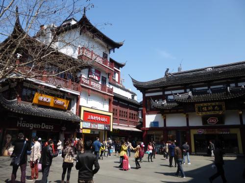 土産物店や飲食店が軒を連ねる豫園周辺の商店街です。