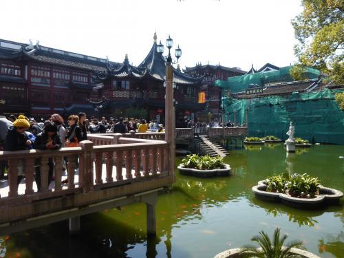 豫園前の池。<br />時間がないので豫園(明代に造営された庭園)には入りませんでした。