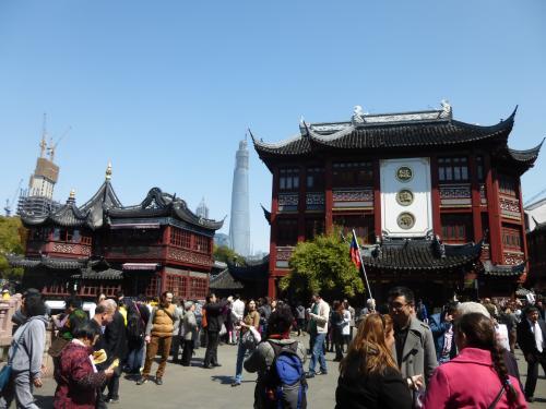 豫園商城は多くの人で賑わっていました。