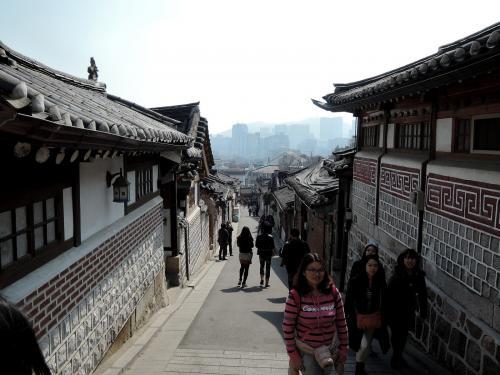 北村韓屋、少し坂道になっていますが<br /><br />いいウォーキングコースだと思います。<br /><br />日本で例えると鎌倉と言ったところかな?