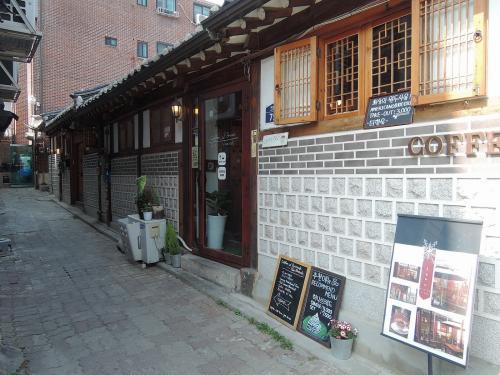 北村にはお洒落なカフェもありました。<br /><br />入ろうかと思いましたが、結局入らずにスルー。。。