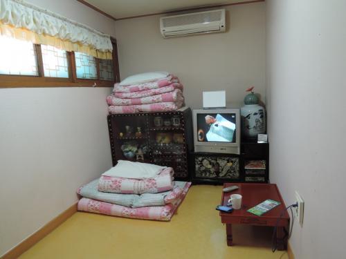 宿に戻って、休憩することにしました。<br /><br />本日より部屋がチェンジになり、オンドル部屋になりました。<br /><br />結構、小奇麗な部屋になり、満足です。