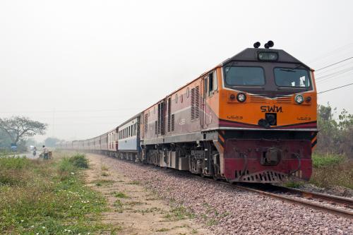 現地に着いて構図確認をしていたら想定より早く列車の汽笛が聞こえました。<br /><br />さて今日の編成は?とレンズ越しに列車を覗くと、あれ13列車だよね。<br /><br />タイ国鉄車ばかりだから遅れの1列車か?