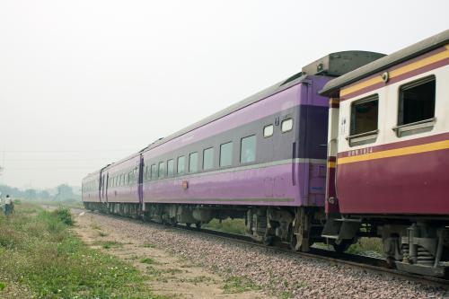 機関車から荷物車、タイ国鉄のステンレス製寝台車が続き食堂車の後3両だけが元JRブルートレイン車両が連結されていました。<br /><br />やっぱりこの列車が13列車です。<br />遅れはさらに回復して70分遅れで通過していきました。<br />