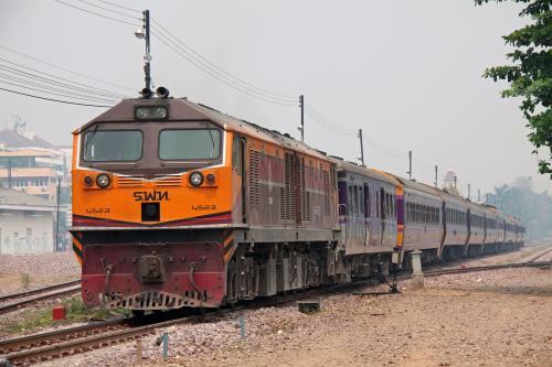 到着した13列車の入換えより、先に1列車で到着した編成を2列車としてホームに入線させるようです。