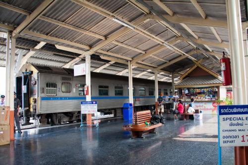 チェンマイ駅に着くと既に14列車は4番線に入線しています。<br /><br />Special Trainの看板が誇らしげに立っています。