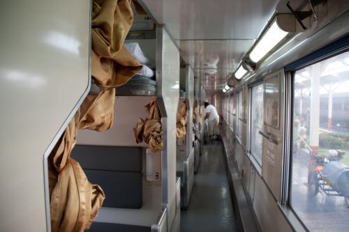 暑いので隣の2等寝台車、日本で言う開放式B寝台、通称Bハネにお邪魔します。<br /><br />そうそうこの通路の雰囲気、日本と変わりません。<br />昔の寝台列車はこいう車両でした。<br /><br />子供のころ、ブルートレインに乗りたくて祖父にお願いして九州まで乗った頃が懐かしい。