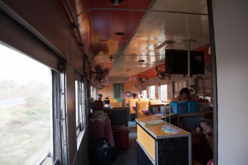 4号車は食堂車です。<br /><br />食堂車も元ブルートレインのサシを使っていれば言うことないのですが、さすがに食文化が違うので、日本の食堂車じゃ使えないでしょうね。<br /><br />食堂車は6テーブルあり、半分は厨房になっています。<br />結構、この列車は電飾きらやかなバー的な雰囲気の食堂車が連結されると聞いていたのですが、いたって普通。<br /><br />これなら夕食は食堂車でもよかったかな<br />