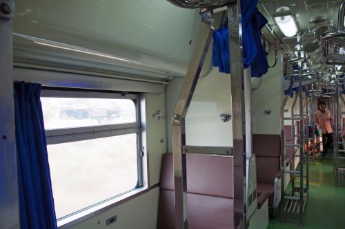食堂車から後方はタイ国鉄オリジナルの2等寝台車です。<br /><br />通路が車両中央にあるプルマン式寝台です。<br /><br />これはこれで旅情がありますけどね。<br /><br />