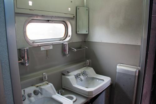 ちょっと列車内を散策?しましょう。<br /><br />譲渡当時は結構、日本語表記が残っていたのですが、盗難なのか銘板類はほとんど残っていませんでした。<br />方向幕も抜かれてふさがっています。<br /><br />でも洗面所は昔ながらの感じです。