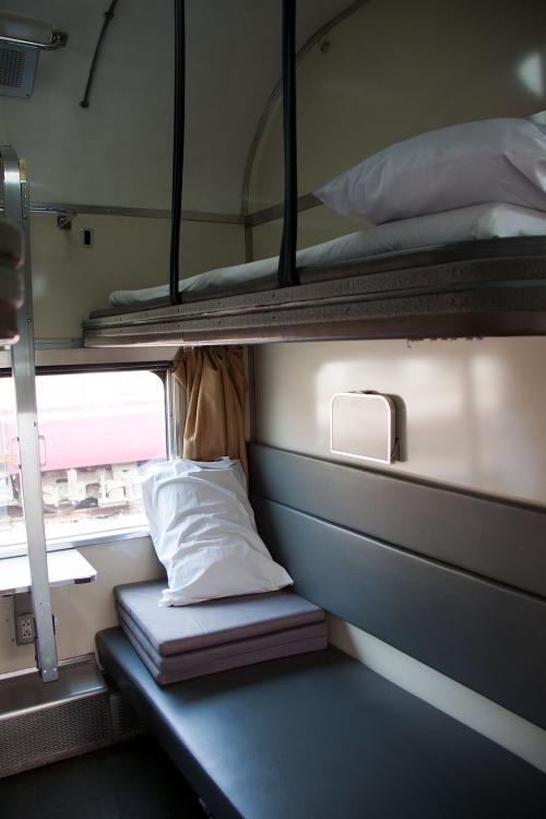 2段式で下段は座席としても使うのでまだ寝具は敷かれてませんが、上段は寝具背セット済みです。