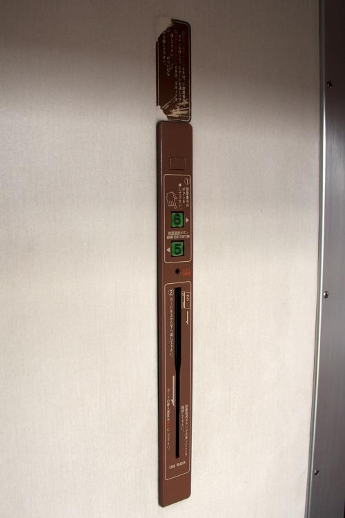 個室の扉もカード式鍵になってましたがこれも使用されていません。<br /><br />なので個室から通路に出ると部屋に鍵を掛ける事が出来ません。<br /><br />なので用心の為、貴重品(パスポートと現金)は持ち歩くのが安全です。