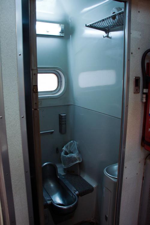 トイレもこのとおり殆ど変りはありません。<br /><br />和式便所はタイ式便所とそう変わりないのであまり違和感もなく使えるのでしょうね。