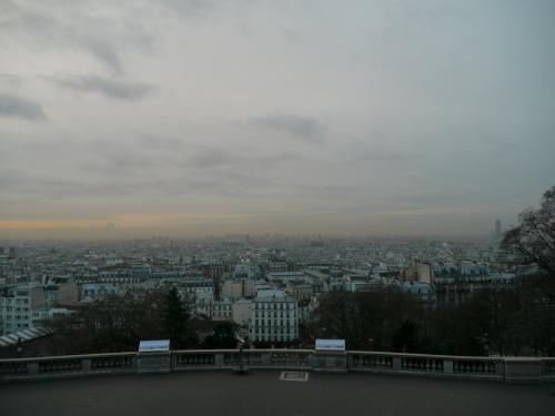 モンマルトルの丘・サクレ・クール寺院の前から見たパリ市内。<br /><br />天気がいまいちなので、あまり感動的ではないね。<br />個人的には夜見たほうがいい感じだったな。<br /><br />朝早いこともあり、前日夜からここでずーっと飲んでるの? っていう人たちも居ました。<br />よく見るとビールの空き瓶もあちこちに。