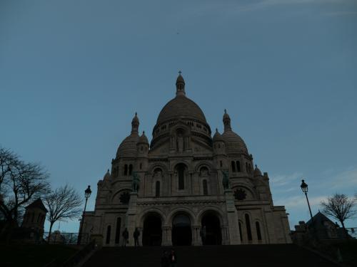 """サクレ・クール寺院。<br />朝早すぎて、中は開いていない。<br /><br />サクレ・クール寺院って、調べてみるといっぱいあるのね。<br />モンマルトルにあるのは、""""バジリカ聖堂""""って言うらしい。<br /><br />パリ市内からみると丘の上に真っ白な寺院がライトアップされていてとってもきれいで目立つんだけど、さすがに朝の早い時間はライトアップされていないので、少しさびしい。"""