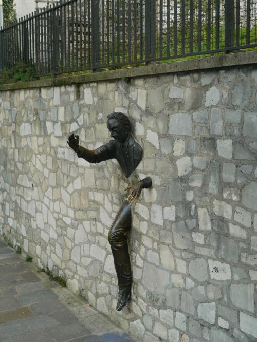 モンマルトルの町は、散策してると結構面白い。<br /><br />ちょっとした壁にこんな街角アートが見つけられる。<br /><br />写真は、マルセル・エイメ広場にある『壁抜け男の像』。<br /><br />