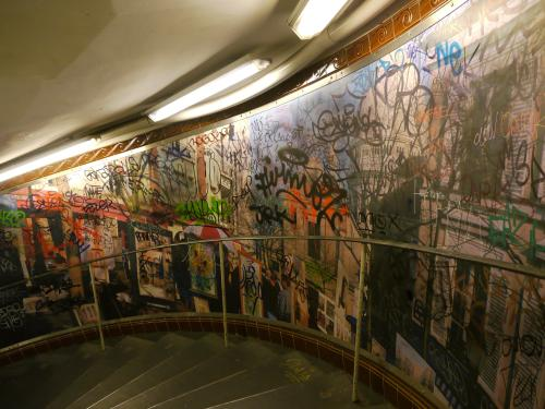 地下鉄『ABBESSES』駅を降りていく階段の落書き。<br /><br />ただの落書きなんだけど、なんとなくアートに見えてしまうのは、モンマルトルのせいなんだろうか?