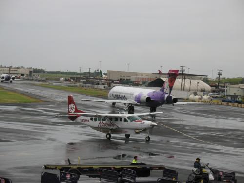 モクレレ航空のセスナ機。これでカパルアに行けるのだが、少しの天候悪化で欠航しそうです。