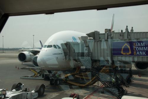 そろそろ搭乗時刻になるのでラウンジを出てゲートに向かうとA380が居ました。やっぱりデカイなぁ。<br /><br />今回の旅では、A380に乗ることも目的の一つです。日本の航空会社はまだ導入していないので、A380に乗る機会は今回が初めてです。<br /><br />それにしてもバンコクの空港はスポッターに優しくないです。<br />綺麗に飛行機を撮影するような場所が全然ありません。<br /><br />まだ、昔のドンムアン空港の方が良かったなぁ