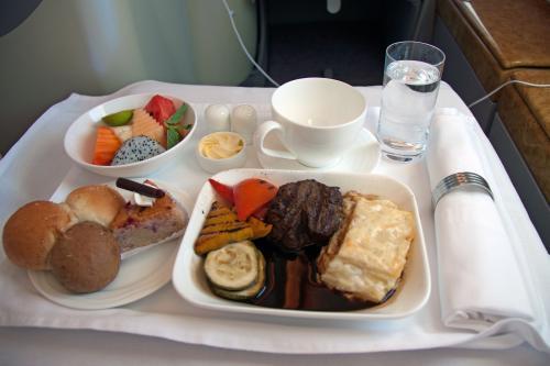 バンコク・香港間ではランチがサービスされます。<br />飛行時間が短いのでワントレイサービスになります。<br /><br />メインは3つかの選択で、チキンとビーフ、カレーの選択だったのでビーフを選択しました。<br /><br />