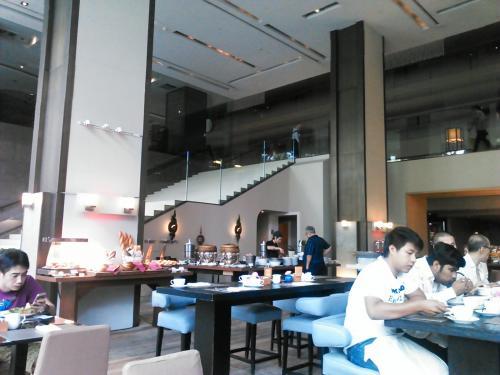 朝食はホテルのレストランへ。<br />さすが、スイスホテルだけあってかなりの料理が並んでいて目移りしちゃいます。<br /><br />味の方も良かったけど、タイヌードルのスープはチェンマイの屋台で食べたヌードルの方が美味しかったなぁ